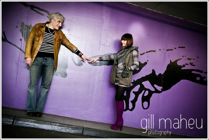 séance engagement pre mariage avec couple super stylé devant peinture mural violet dans paking à Geneve par Photographe de portrait et mariage Gill Maheu Photographycouple geneve mariage musee