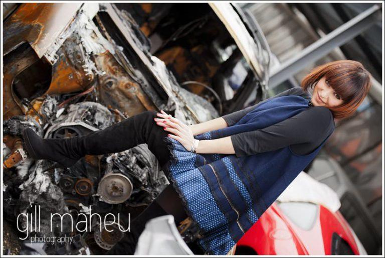 session engagement ultra stylé  - jeune femme à la casse voiture de Genève par photographe de mariage et portrait Gill Maheu Photography
