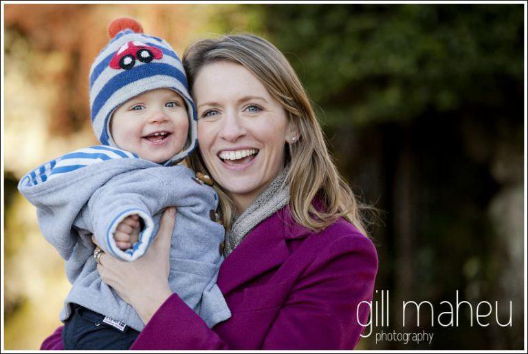 jeune garcon et sa maman en train de rire , séance photo hiver en famille à Lausanne par Gill Maheu Photography