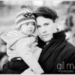 photo noir et blanc de jeune garcon et son papa, séance photo en famille à Lausanne par Gill Maheu Photography