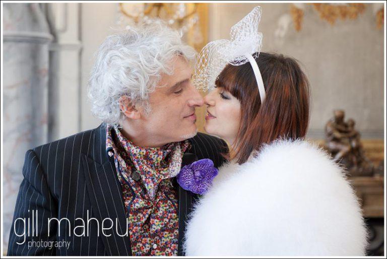kissing bride and groom at Mairie de Daradgny mariage civil par photographe de mariage Gill Maheu Photography
