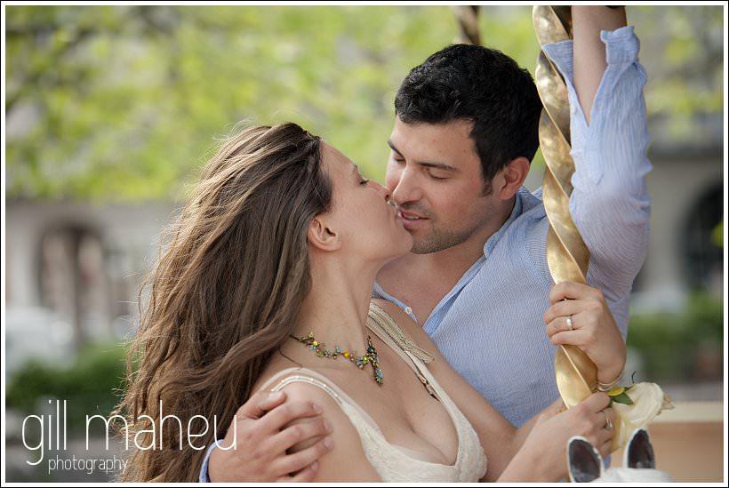 couple d'amoureux sur le manege à Annecy par Gill Maheu Photography, photographe de mariage