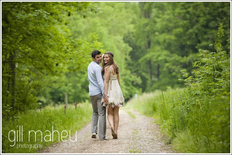 balade en amoureux pour couple d'amoureux dans les bois près de Lac d'Annecy par Gill Maheu Photography, photographe de mariage