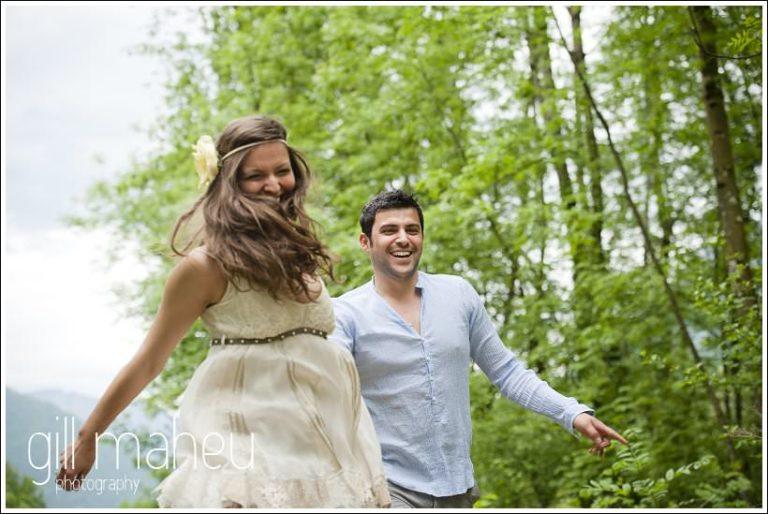 couple d'amoureux dans les bois près de Lac d'Annecy par Gill Maheu Photography, photographe de mariage