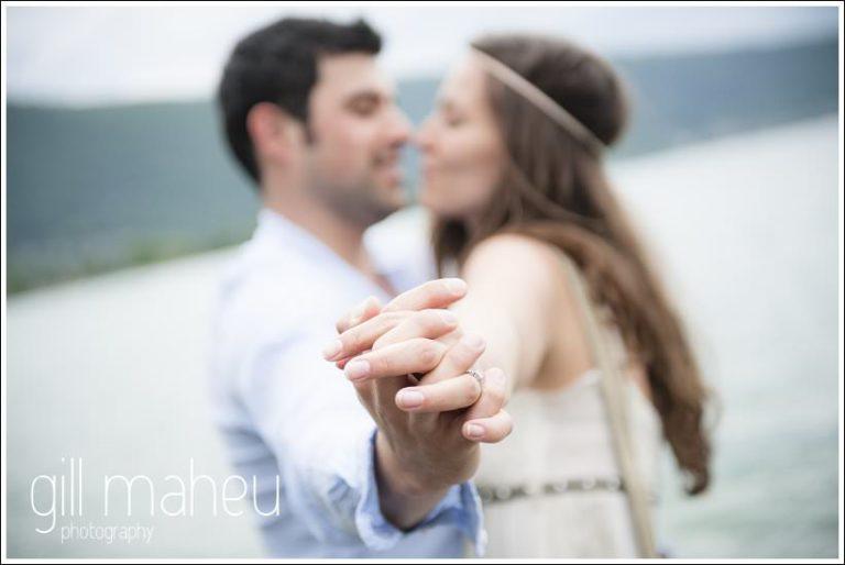 bague de financailles couple d'amoureux Lac d'Annecy par Gill Maheu Photography, photographe de mariage
