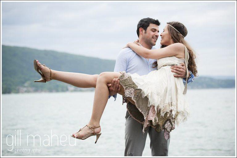 couple d'amoureux Lac d'Annecy par Gill Maheu Photography, photographe de mariage