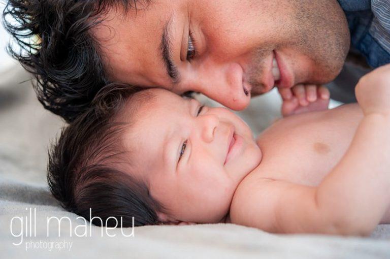 portrait de papa embrassant nouveau ne pendant séance nouveau né new baby new family portrait session in Annecy by Gill Maheu Photography, photographe de bébé et famille