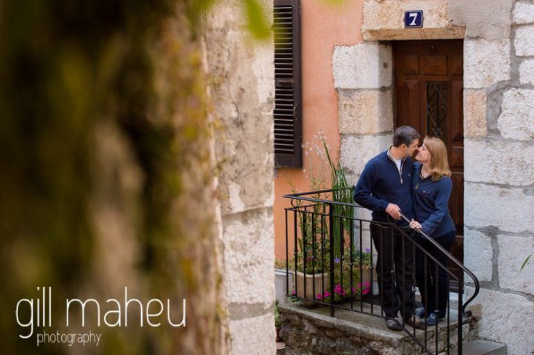 portrait of couple in the old streets in a lifestyle photo session in the Vielle Ville of Annecy by Gill Maheu Photography, photographe de mariage et de famille