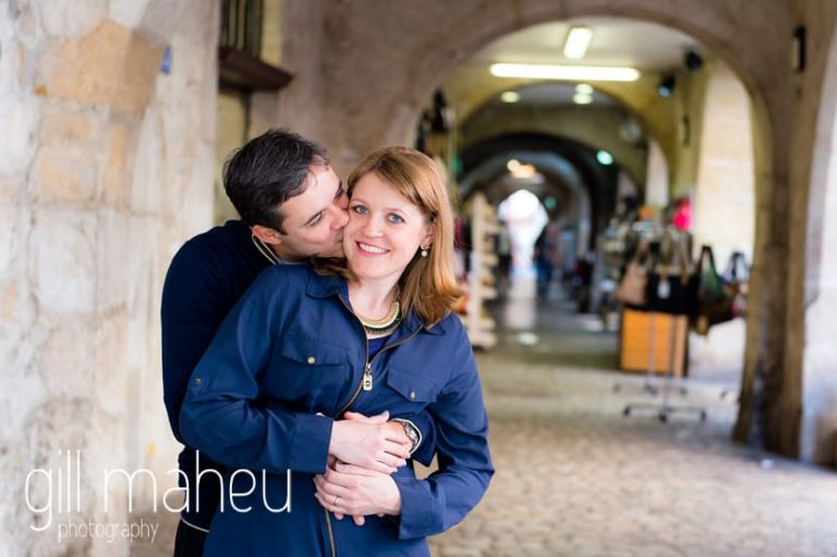 couple embracing under the arches in lifestyle photo session in the Vielle Ville of Annecy by Gill Maheu Photography, photographe de mariage et de famille