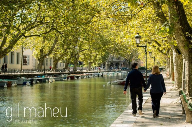 couple having walking along Le Paquier canal in lifestyle photo session in the Vielle Ville of Annecy by Gill Maheu Photography, photographe de mariage et de famille