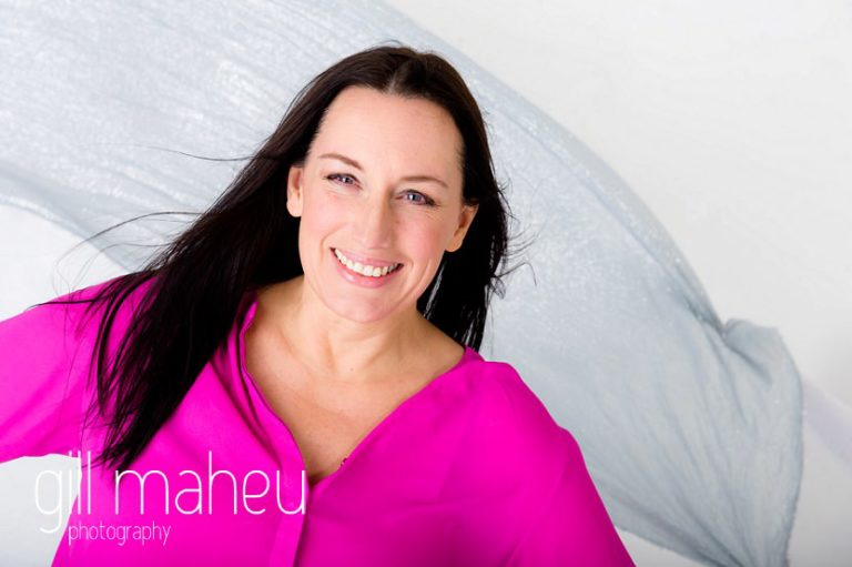 bright coloured natural relaxed headshot and branding photography session in white studio for young woman entrepreneur by Gill Maheu Photography, photographe de headshot et portrait