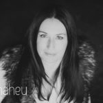 black and white portrait at natural light relaxed headshot and branding photography session for young woman entrepreneur by Gill Maheu Photography, photographe de headshot et portrait