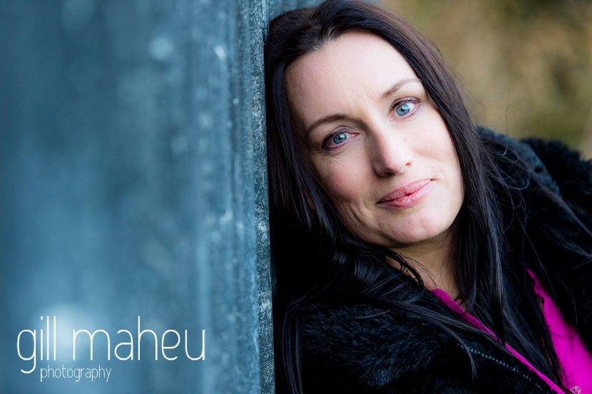 stunning portrait at natural light relaxed outdoor headshot and branding photography session for young woman entrepreneur by Gill Maheu Photography, photographe de headshot et portrait