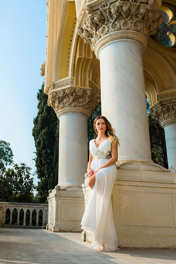 glamour portrait of young woman in grecian style white dress by Gill Maheu Photography, photographe de portrait de femme