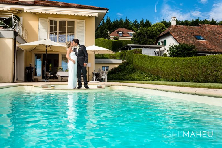 bride and groom kissing by turquoise swiming pool at Lutry, Lausanne wedding by Gill Maheu Photography, photographe de mariage