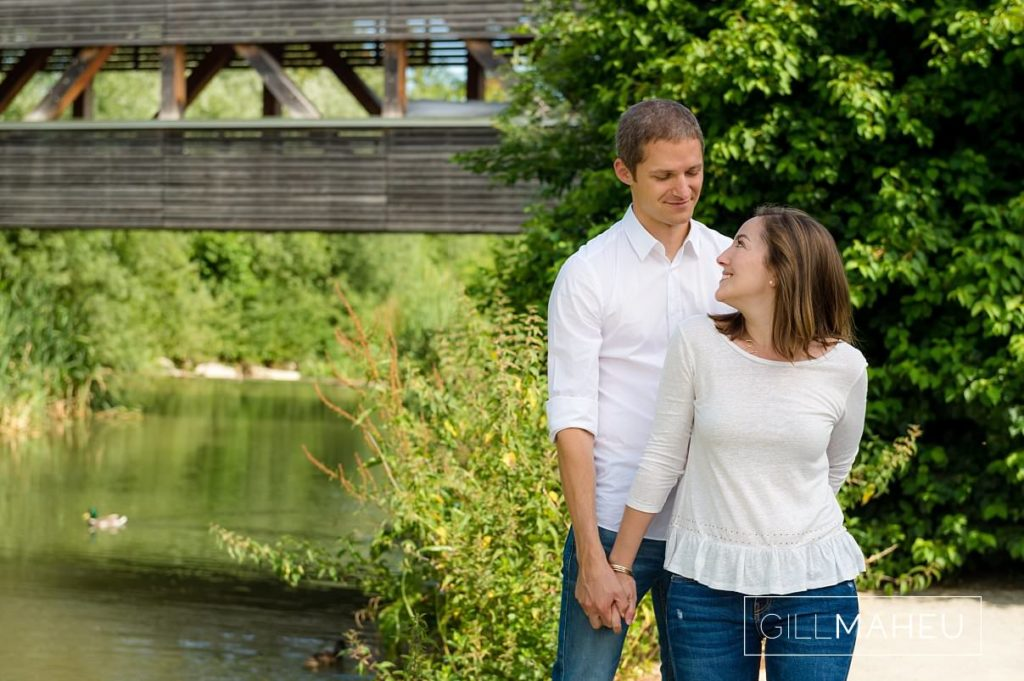 portait of a young couple at sunny family session near Geneva, Switzerland by Lifestyle photographer Gill Maheu Photography, photographe de famille