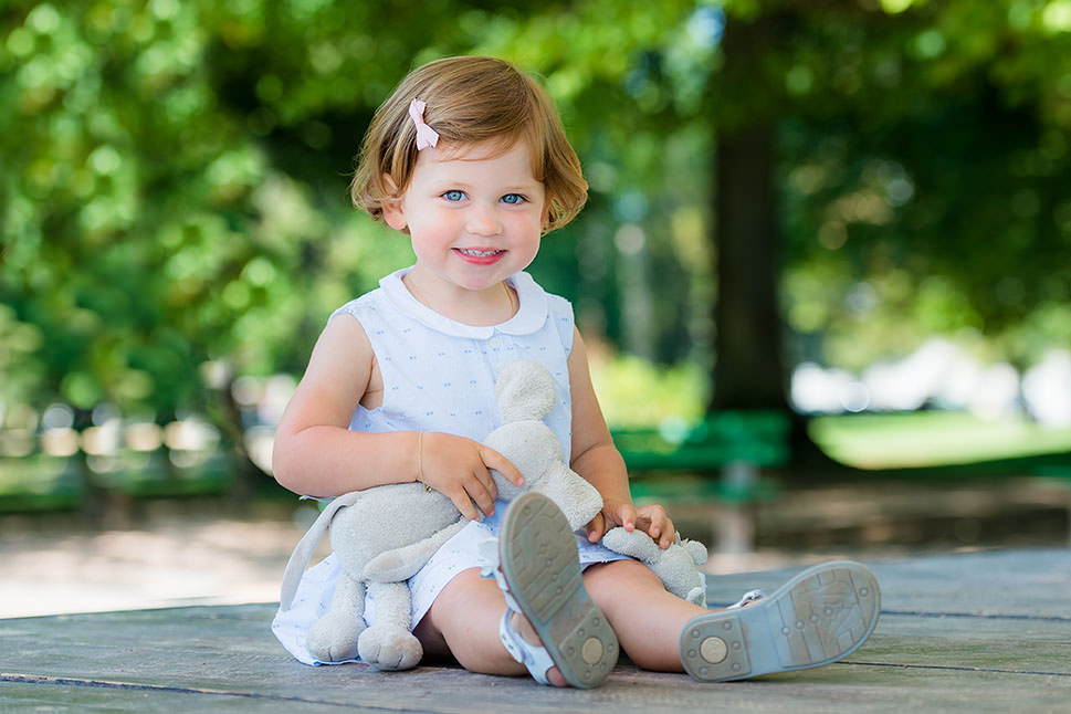lifestyle portrait of young girl by Gill Maheu Photography, photographe de famille at lifestyle