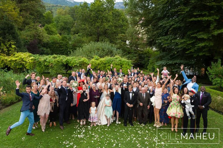 full group shot of all the guests in the gardens of the Abbaye de Talloires, Annecy wedding by Gill Maheu Photography, photographe de mariage